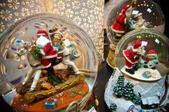 Palle di vetro della neve di Natale con le decorazioni stagionali Immagini Stock Libere da Diritti