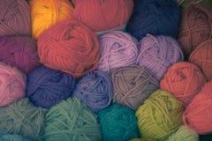 Palle differenti variopinte del filo della lana Fotografia Stock