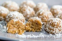 Palle dolci della noce di cocco coperte su un piatto grigio Immagine Stock