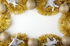 Palle dorate di Natale, stelle d'argento e lamé Fotografie Stock
