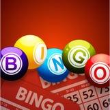 Palle e carte di bingo su fondo rosso Fotografia Stock Libera da Diritti