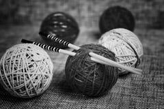 Palle e ferri da maglia della lana del ricamo Fotografia Stock Libera da Diritti