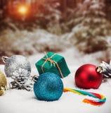 Palle e regali di Natale su neve i precedenti Fotografia Stock