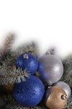 Palle ed aghi di Natale su un fondo bianco Fotografie Stock