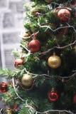 Palle gialle rosse dell'albero di Natale Fotografia Stock Libera da Diritti