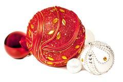 Palle luminose di rosso e di natale bianco del nuovo anno Fotografia Stock