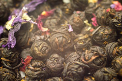 Palle nere cinesi della foglia di tè con il fiore Fotografia Stock Libera da Diritti