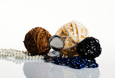 3 palle, orologi e perle sui precedenti bianchi Immagini Stock Libere da Diritti