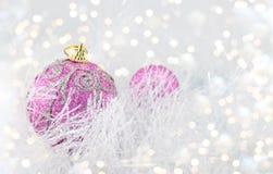 Palle porpora di Natale con gli ornamenti d'argento Immagini Stock