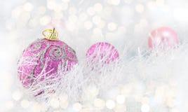 Palle porpora di Natale con gli ornamenti d'argento Immagini Stock Libere da Diritti