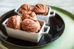 Palle primo piano del gelato del cioccolato e spazio della copia immagini stock