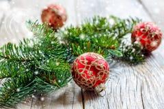 Palle rosse di Natale con gli ornamenti dell'oro ed il ramo attillato Immagine Stock Libera da Diritti