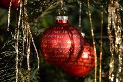 Palle rosse di Natale con iscrizione dorata Immagini Stock