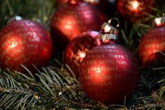 Palle rosse di Natale con iscrizione dorata Fotografie Stock Libere da Diritti