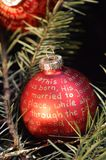 Palle rosse di Natale con iscrizione dorata Fotografie Stock