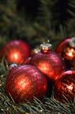 Palle rosse di Natale con iscrizione dorata Fotografia Stock Libera da Diritti