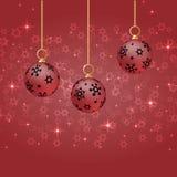 Palle rosse di natale con l'ornamento che appende sul fondo rosso Immagini Stock Libere da Diritti