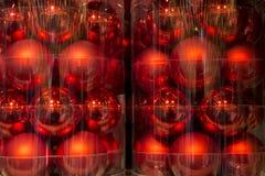 Palle rosse di natale nell'imballaggio di plastica Fotografia Stock Libera da Diritti
