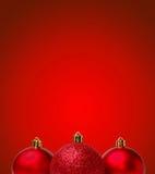 Palle rosse di Natale su fondo rosso Carta di Greating del nuovo anno Fotografia Stock