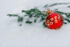 Palle rosse di natale su una neve Concetto della cartolina d'auguri del nuovo anno C immagini stock libere da diritti