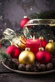 Palle rosse e dorate di Natale sul piatto Fotografia Stock Libera da Diritti