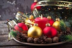 Palle rosse e dorate di Natale sul piatto Immagine Stock
