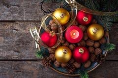 Palle rosse e dorate di Natale sul piatto Immagini Stock
