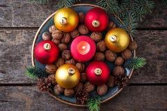 Palle rosse e dorate di Natale sul piatto Fotografia Stock