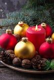 Palle rosse e dorate di Natale sul piatto Fotografie Stock Libere da Diritti