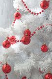 Palle rosse su un albero di Natale Immagini Stock