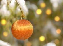 Palle su un pelliccia-albero di Natale Fotografie Stock Libere da Diritti