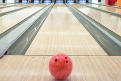 Palle sul vicolo di bowling contro dieci perni Fotografia Stock Libera da Diritti