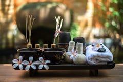 Palle tailandesi della compressa di massaggio della stazione termale, palla di erbe e stazione termale di trattamento con il fior Fotografie Stock Libere da Diritti