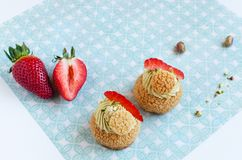 Palle tradizionali francesi del chou con la crema del pistacchio fotografia stock