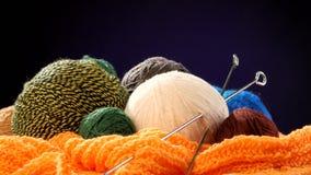Palle Varicolored del filato con i raggi sulla sciarpa arancio video d archivio