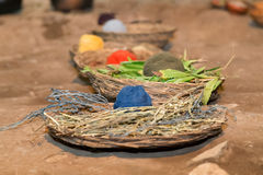 Palle variopinte del filato in canestri tradizionali in montagne delle Ande vicino a Cusco Perù Fotografia Stock Libera da Diritti