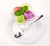 Palle variopinte del gelato in ciotola con il cucchiaio Immagine Stock