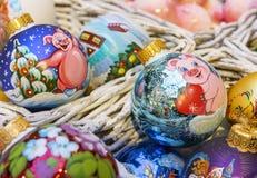Palle variopinte di Natale con i vari modelli decorativi immagini stock libere da diritti