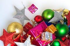 Palle variopinte di Natale con il contenitore di regalo Immagine Stock