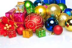 Palle variopinte di Natale con il contenitore di regalo variopinto Fotografie Stock Libere da Diritti