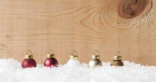 Palle variopinte di Natale su neve Immagine Stock Libera da Diritti