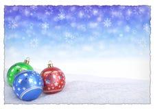 Palle variopinte di natale su neve con il fondo del bokeh 3d rendono fotografia stock