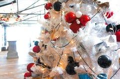 Palle variopinte di Natale su un albero di natale bianco Fotografia Stock Libera da Diritti
