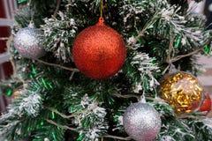 Palle variopinte di Natale sull'albero di Natale Immagini Stock