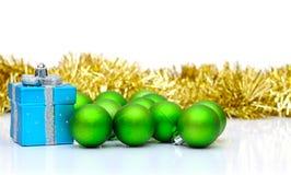 Palle verdi del contenitore e di natale di regalo Fotografia Stock
