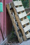 Pallet che pendono contro un granaio Fotografie Stock Libere da Diritti