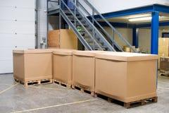 Pallet con le scatole in magazzino Fotografie Stock