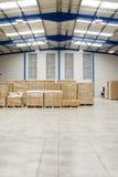 Pallet con le scatole in magazzino Fotografie Stock Libere da Diritti