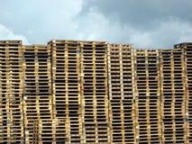 Pallet contro il cielo nuvoloso Fotografie Stock Libere da Diritti
