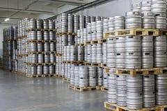 Pallet dei barili di birra in fabbrica di birra di riserva Ochakovo Immagine Stock